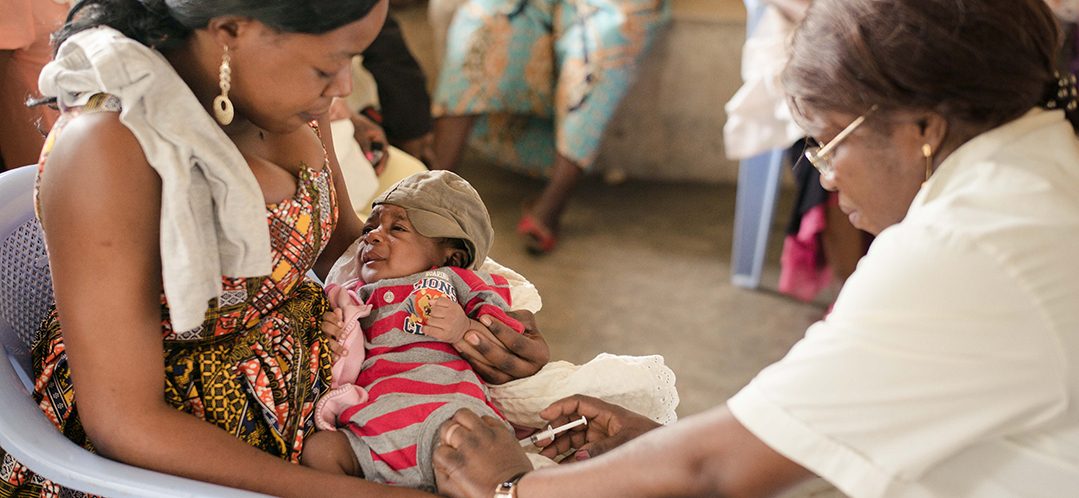 Impfungen in einem Gesundheitszentrum in der Demokratischen Republik Kongo. © Charlie Forgham-Bailey / Save the Children