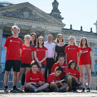Gruppenbild mit Save the Children-Mitarbeiter*innen in Berlin